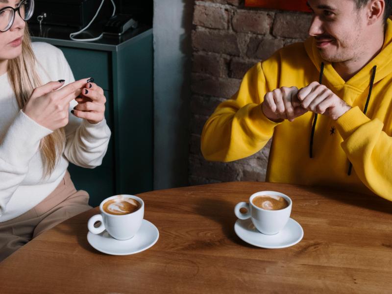 Comment mieux accueillir et interagir avec une personne sourde ou malentendante ?
